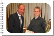 Bürgermeister Roland gratuliert Daniel Wessendorf