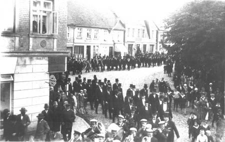 Ausmarsch zur Denkmalseinweihung am 19. Oktober 1931
