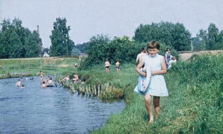Beim Baden in der Peene hinter der Eisenbahnbrücke (1963)