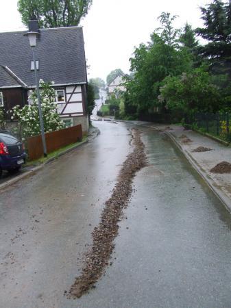 Die Dorfstraße war ein Flussbett.JPG