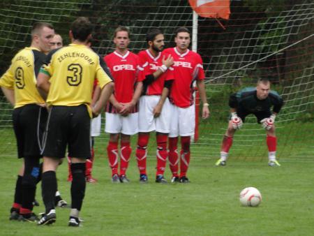 Die HSV Defensive erwartet einen Zehlendorfer Freistoß