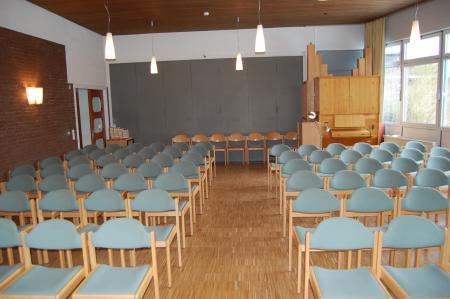 Zur Gemeinde hin und zur Mönkeberger Orgel
