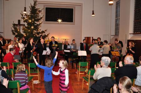 Musizierende und Zuhörer beim Benefizkonzert in der Auferstehungskirche