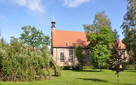 Die Auferstehungskirche mit Weidenkapelle davor.