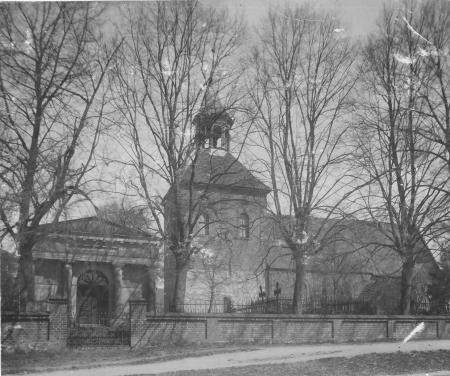 Das Erbbegräbnis der Familie Viereck und die Kirche in Schorrentin (vor 1940)