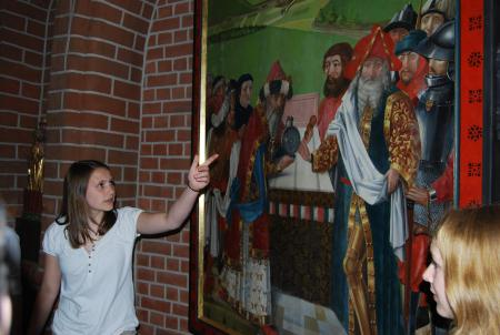 Eine Schülerin vor einem Bild