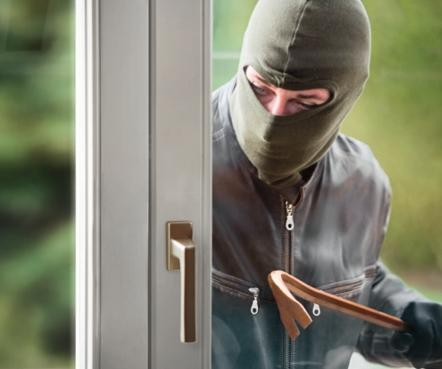 Einbrecher an Fenster