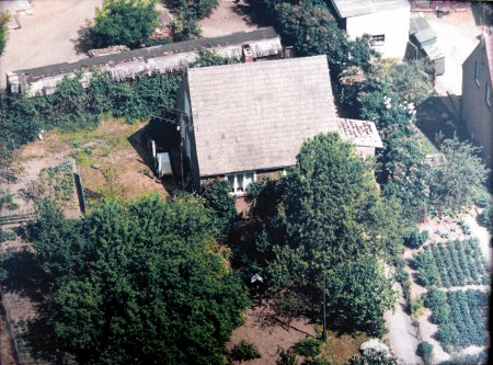 Luftaufnahme, etwa 1990, links im Hintergrund die Eisenbahnwaggon