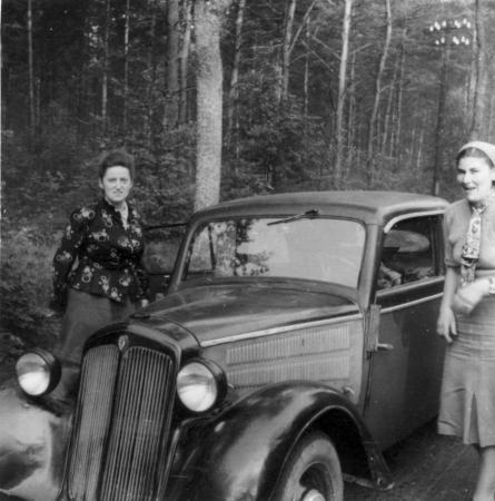 Elfriede Voigt mit ihrem Auto