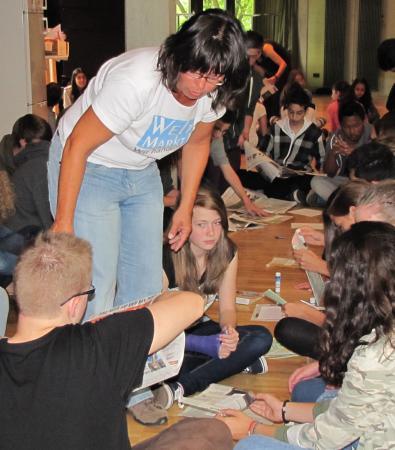 Schüler stellen Tüten her