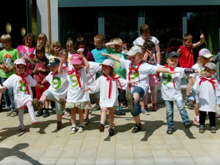 Kinder bedanken sich mit einem kleinen Programm