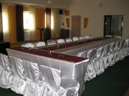 Saal zum Feiern eingerichtet