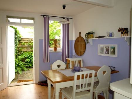 Küche mit Ausgang zum Garten