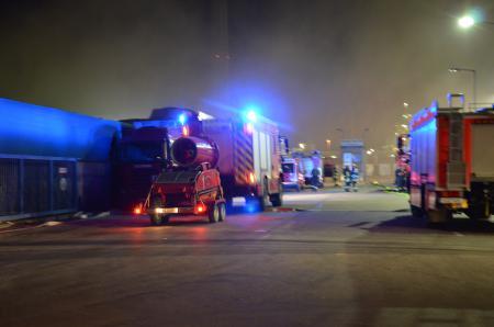 Das LF ST 1 mit dem LUF an der Einsatzstelle (Quelle: Miklos Laubert www.bf-koeln-einsaetze.de)