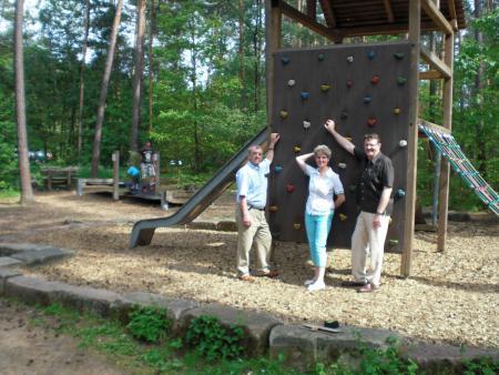 Kletterwand mit Werner Gruber, Jutta Bär und MdB Michael Frieser
