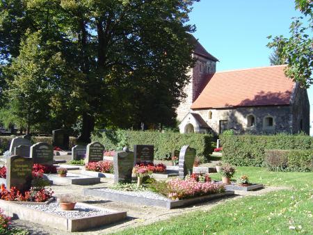 Neben der Scheuderschen Kirche befindet sich der Friedhof
