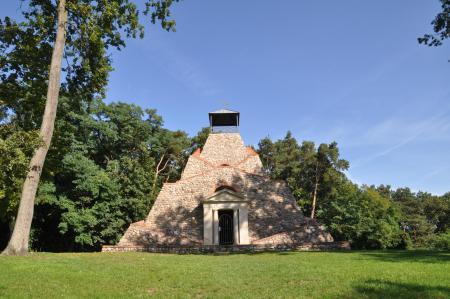 Feldsteinpyramide in Garzau