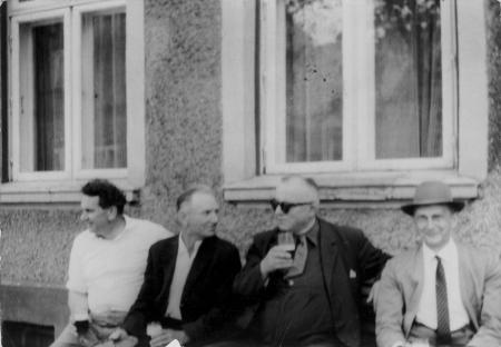 Dr. Rademacher (2. von rechts) beim Freizeitbier mit seinen Nachbarn
