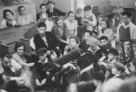 Gottesdienst an einem Feiertag in der Synagoge in Lehnitz zw. 1934 und 1938 (Foto: Jüd. Museum Berlin)