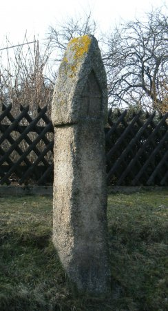 Granitbildstock mit Kreuzrelief