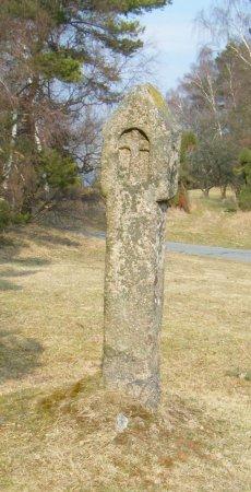 Steinsäule mit Kreuzrelief