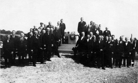 Die Denkmalsgemeinschaft bei der feierlichen Grundsteinlegung des Denkmals (1)
