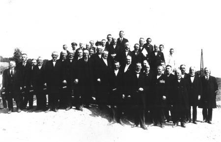 Die Denkmalsgemeinschaft bei der feierlichen Grundsteinlegung des Denkmals (2)