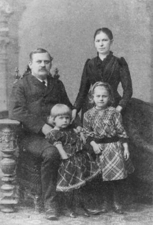 Maurermeister Wilhelm Harm mit Frau und den beiden Töchtern