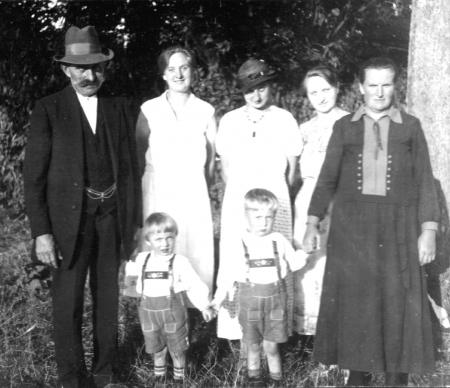 Von links: Hermann Hauth, Erna Köppen, Anna Henningsen, Margarete Hartkopf, Luise Hauth; unten: Gerhard und Hans-Peter Henningsen