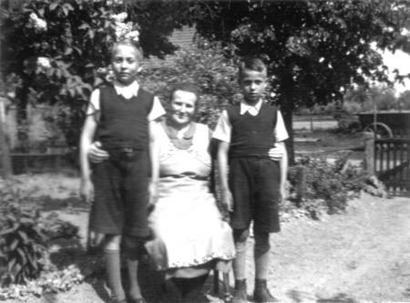 Hans-Peter und Gerhard Henningsen mit ihrer Großmutter Luise Hauth im Garten hinter dem Haus Wallstraße 33