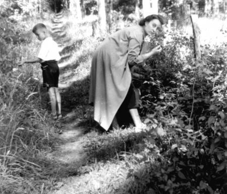 Anna Henningsen mit Sohn Gerhard beim Himbeerenpflücken in den Judentannen