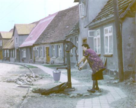 Anna Henningsen an der Pumpe Krummestraße 11 (1965)