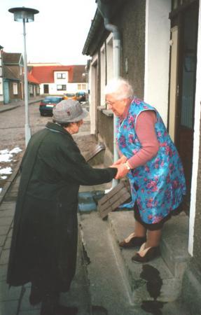 Frau Anna Henningsen begrüßt eine alte Bekannte, Frau Ina Krüger