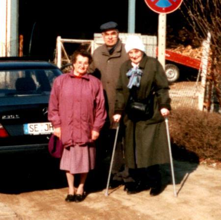 Herr Gerhard Henningsen mit seiner Cousine Frau Liese-Lotte Hilbricht und seiner Mutter (1997)