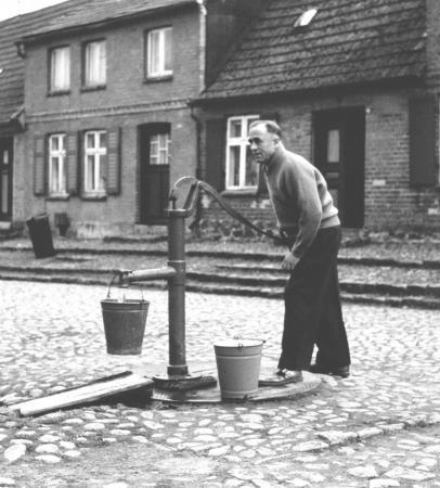 Peter Henningsen an der Pumpe Ecke Wall-  Rektorstraße (1965)