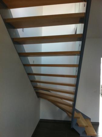 Treppe aus Stahl, Ahorn und Glas