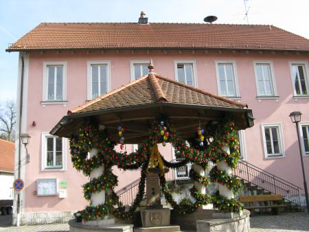 Schulhaus Neubrunn mit Osterbrunnen