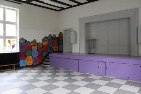 Aula mit erhöhter Bühne
