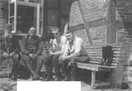Von links nach rechts: Karl Weißhaupt, Wilhelm Kölzow, - ? -, Hermann Hübner