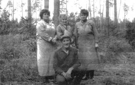 Oben von links: Forstarbeiterinnen M. Hoffmann, G. Salewski, Leiding; unten: E. Wendt