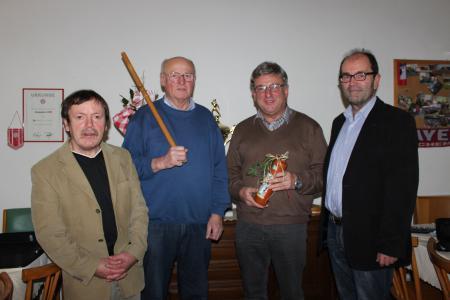 Für ihre herausragenden Leistungen bei den Führungen und Arbeitseinsätzen wurden Peter Schönberger und Sepp Bierl (Mitte) von den beiden Vorsitzenden Franz Amberger und Ludwig Biebl geehrt.