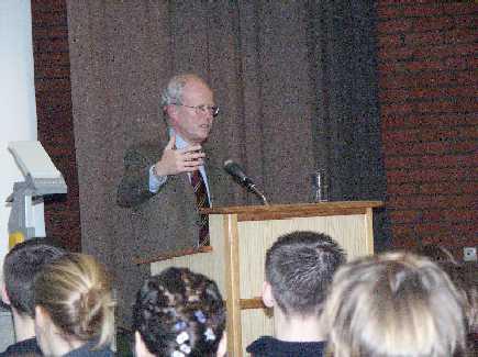 Schmidt-Jortzig beim Vortrag im Johanneum