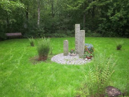 K1024_Seite 27 Urnenwahlgrabstätte auf einer Lichtung im Wald.JPG