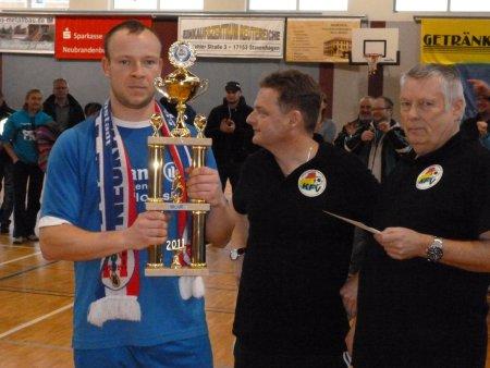 Markus Mieckley erhält den Pokal