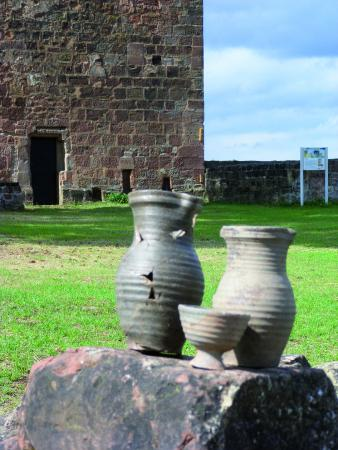 Kannen und Trinkschale, gefunden 2010