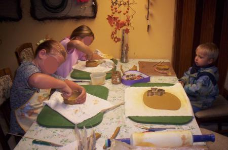 Kinder beim Töpfern in der Kreativ- und Bastelscheune