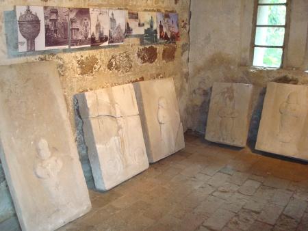 Kindergrabsteine aus Sandstein in Werenzhain.jpg
