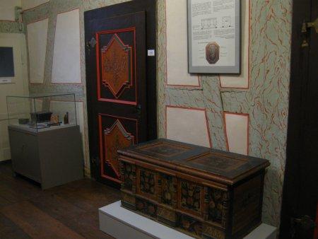 Bemalte Türen und Holztruhen