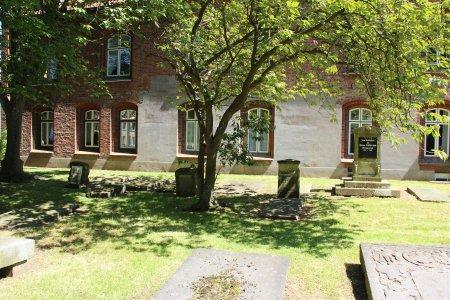 Klosterfriedhof_mit_Gedenksteinen_Asmussen_Woldsen