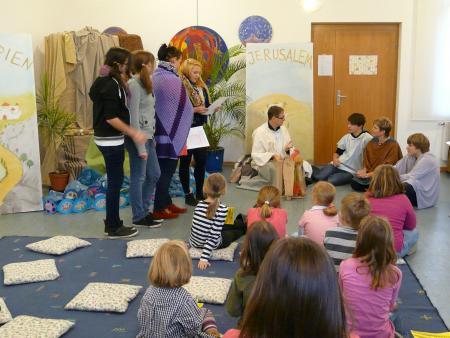 Konfis helfen auf der Kinderbibelwoche